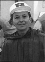 ritratto di Emma Bonino con cappelino della UE