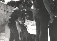 Roberto Cicciomessere, con al collo un cartello scritto in greco, viene portato via di peso dalla polizia durante una manifestazione con altri compagn