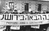 """""""Manifestazione di radicali ed ebrei al Portico d'Ottavia perché l'URSS permetta agli ebrei sovietici di trasferirsi in Israele. Striscione scritto in"""