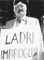 """Pannella con cartello al collo: """"Ladri imbroglioni"""" mentre grida. """"manifestazione di Pannella a Montecitorio con altri militanti per protestare contro"""