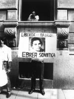 """""""manifestazione del C.P. la D dei D.U.N.P.D. est di fronte all'ambasciata dell'URSS a Roma. Manifestante regge cartello:""""""""libertà per Ida Nudel ebrea"""