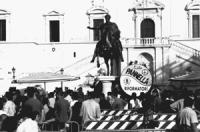 Roma. Campidoglio. Restituzione ai cittadini dei soldi del Finanziamento Pubblico. La gente in fila sulla piazza. Pannella parla alla folla in fila. A