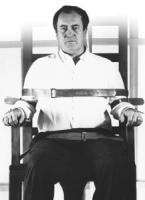Bernardo Bertolucci (regista) seduto su una sedia elettrica per una campagna volta all'abolizione della pena di morte. Ottima, importante
