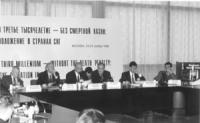 """Assemblea: """"Terzo millennio senza la pena di morte"""". Banner. Alla presidenza, da sinistra: ???, Sergio D'Elia, Valerij Borscev (Presidente Commissone"""