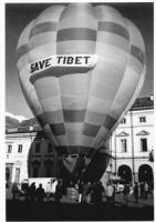 """Una mongolfiera su cui è scritto: """"""""save Tibet"""""""". Importante"""""""