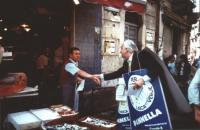 """""""Pannella con due cartelli al collo con simbolo lista """"""""per Catania civica laica e verde"""""""" stringe la mano ad un pescivendolo durante la campaga elett"""