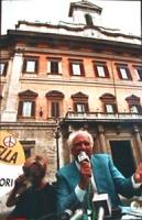 Montecitorio. Conferenza stampa Pannella Bonino all'aperto. Per protestare contro la chiusura estiva della Camera (è la prima volta che accade dal '76
