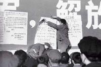 Wei Jingsheng mentre affigge un tazebao al muro della democrazia