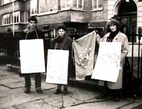 Ambasciata jugoslava. Manifestazioni contemporanee davanti alle rappresentanze diplomatiche jugoslave con la consegna di bandiere europee a 13 stelle