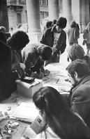 """banchetto per la raccolta firme sui """"10 referendum"""" (BN) si vede pochino"""