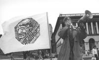 Nikolaj Khramov Con un megafono accanto alla bandiera del PR (BN) ottima