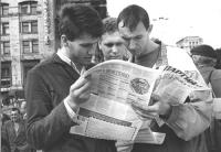 """""""Cittadini ucraini leggono il giornale """"""""Il partito nuovo nell'edizione in russo"""""""" (BN) ottima"""""""