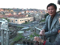 Visita del dissidente cinese Wei Jingsheng in Italia ospite del pr.  (Cina) Wei si affaccia dalla finestra dello studio di Rutelli. Splendida vista (l