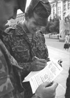 soldato ucraino firma la petizione del PR per l'immediata messa in opera di un tribunale ad hoc sulla ex Jugoslavia. (BN) ottima