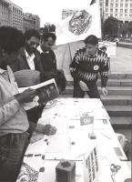 banchetto pieno di gente, per la raccolta firme alla petizione del PR per l'immediata messa in opera di un tribunale ad hoc sulla ex Jugoslavia. (BN)