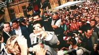 disobbedienza civile in materia di droghe a piazza Navona. Bernardini bloccata da un poliziotto mentre lancia dell'hashish. Ottima