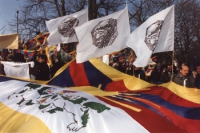 Bandiere del Tibet e del PR sventolano durante la marcia della 1° manifestazione europea per la libertà del Tibet. Ottima, importante