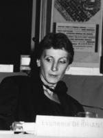 Evghenia Debrianskaja seduta al consiglio federale del PR a Roma. Sullo sfondo logo PR (BN)