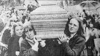 Le amiche di Giorgiana Masi portano a spalla la sua bara durante il funerale. Foto da giornale