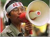Wang Dan, leader degli studenti cinesi di Piazza Tien An Men con un megafono. La protesta sarà repressa nel sangue.