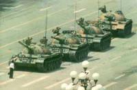 Repressione della protesta di piazza Tien An Men. Un ragazzo si piazza davanti ad una fila di tanks dell'esercito cinese per bloccare da solo la loro