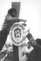 manifestanti radicali, diretti a Praga per celebrare la Giornata mondiale per il disarmo e la pace, attaccano un cartello in ceco con logo PR alla fro
