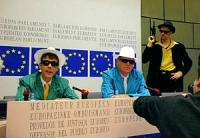 """Sede PE. """"mafiosi"""". Conferenza stampa dei deputati europei Gianfranco Dell'Alba e Olivier Dupuis vestiti da mafiosi con al lato Paolo Azzori e Ottavio"""