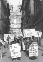 manifestazione in ricordo di Martin Luter King e contro la pena di morte. Cartelli in inglese e francese in via Condotti. Sfondo Piazza di Spagna (BN)