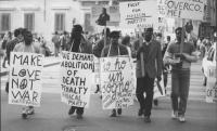 """""""manifestazione in ricordo di Martin Luter King e contro la pena di morte. Manifestanti di colore con cartelli al collo: """"""""We demand abolition of deat"""