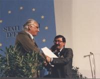 Pannella stringe la mano a Mussi (PCI) al 1° congresso italiano del PR.