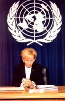 Bella foto Della Bonino con alle spalle il Logo dell'ONU. Sede ONU (mattina). Conferenza stampa di Emma Bonino con Jacques Baudin (Ministro della Gius