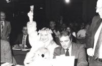 Ilona Staller (detta Cicciolina) sorridente tiene in mano peluche e alza la sua delega per votare al 30° congresso del PR. (BN) buona