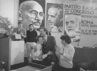 Bonino abbraccia D'Elia (ex terrorista, neoiscritto al PR) larga, banner e foto di Ghandi, Rossi e Spinelli. Assistono Aglietta, Dell'Alba e Romeo. (B