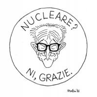 """VIGNETTA: """"il PCI diviso sul nucleare"""" La faccia di Natta (PCI) sorridente appare in un logo contorniato dalla scritta: """"nucleare NI grazie"""" [riprende"""