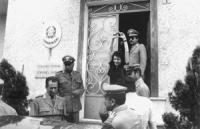 arresto Bonino latitante, ricercata con l'accusa di aver praticato aborti si consegna ai carabinieri nel suo seggio elettorale di Bra. Nella foto alza
