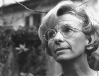 Ottimo primo piano stretto di Emma Bonino