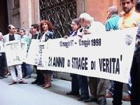Palazzo S.Macuto (sede commissione parlamentare stragi). Manifestazione in ricordo dell'ucisione di Giorgiana Masi nel 21° anniversario. Manifestanti