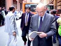 Il ministro degli Interni Giorgio Napolitano (PDS) passa a piedi davanti alla manifestazione e gli viene consegnato il libro bianco sui fatti del 12 m