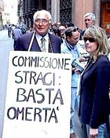 """Pannella con cartello al collo: """"commissione stragi: basta omertà. logo Lista Pannella"""". Palazzo S.Macuto (sede commissione parlamentare stragi). Mani"""