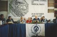 Consiglio federale del PR a Gerusalemme. Vista della presidenza: Vigevano,il sindaco di Gerusalemme, Stanzani, Pannella, Zevi.  Banner e logo PR. Nell