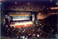 Veduta d'insieme del palco e della platea del 34° congresso del PR. Importante perché le scritte del banner sono in 4 lingue diverse, è la nascita del