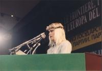Ilona Staller (detta Cicciolina) parla dalla tribuna del 34° congresso del PR.