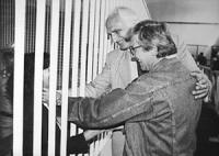 """Processo di Appello """"7 Aprile"""", subito dopo la lettura della sentenza di assoluzione per Emilio Vesce, Pannella e Vesce insieme acarezzano una detenut"""
