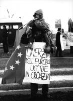 """manifestazione a Maastricht per il riconoscimento di Croazia e Slovenia e gli Stati Uniti d'Europa, Un militante con cartelo al collo: """"l'inerzia dell"""