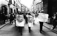 """""""manifestazione di solidarietà con la Romania. Manifestanti tengono cartelli con il logo PR e scritta: """"""""demokracii pro rumunsko!"""""""" (BN) ottima, impor"""