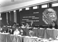visione del palco del consiglio federale: Bonino, Arconti, Pannella, Vigevano, Mussi, Occhetto, Stanzani, Zevi. Dietro Banner e logo partito. (BN) buo