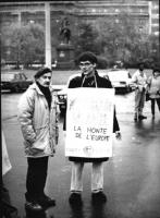 """Olivier Dupuis con cartello al collo: """"Miterand-Daladier la honte de l'Europe. logo PR"""". Manifestazione per il riconoscimento di Slovenia e Croazia e"""