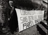 """Pannella (con una fascia del PE), Olivia Ratti e Jean Luc Robert tengono uno striscione. """"Construisons l'Europe sans detruire Bruxelles. Parti Radical"""