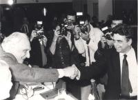 Pannella e Occhetto (segretario PCI) si stringono la mano sorridenti davanti ai fotografi. (BN) Ottima. Importante.