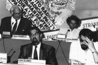Consiglio federale, I sessione. Sul palco: Pannella, Bonino, Ciril Zlobec e Jasa Zlobec. Sullo sfondo parte del logo PR (BN) buona. SMARRITA